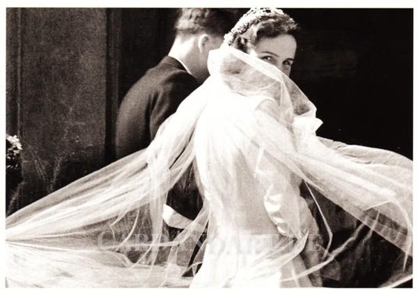 Brautpaar auf dem Weg zur Kirche, 1954 - Postkarte