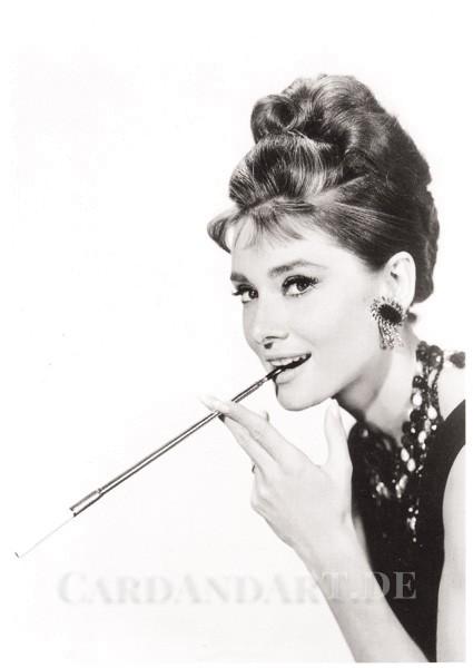 Audrey Hepburn Smoking - Postkarte